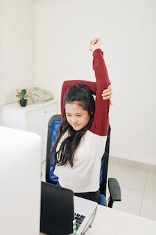 Ragazza adolescente streching braccia
