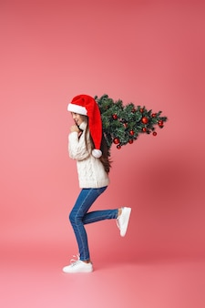 Ragazza adolescente con un albero di natale
