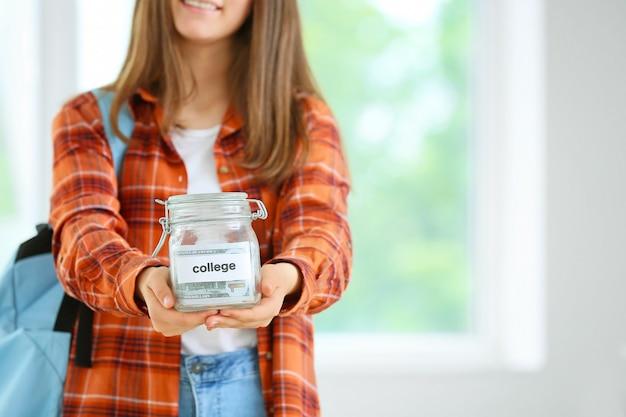 Adolescente con risparmi per l'istruzione in classe