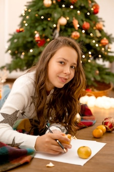 Ragazza adolescente scrive una lettera a babbo natale