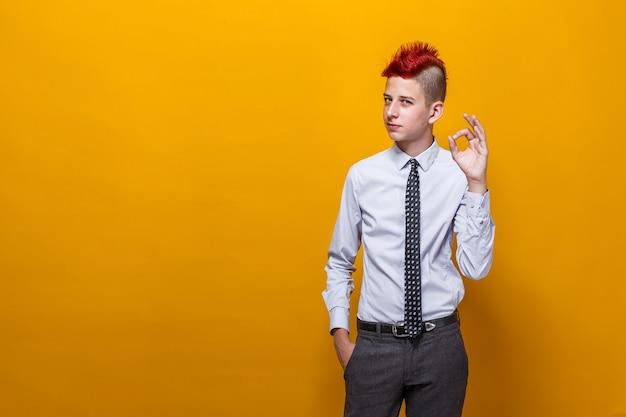 Ragazzo dell'adolescente che fa gesto positivo con la mano
