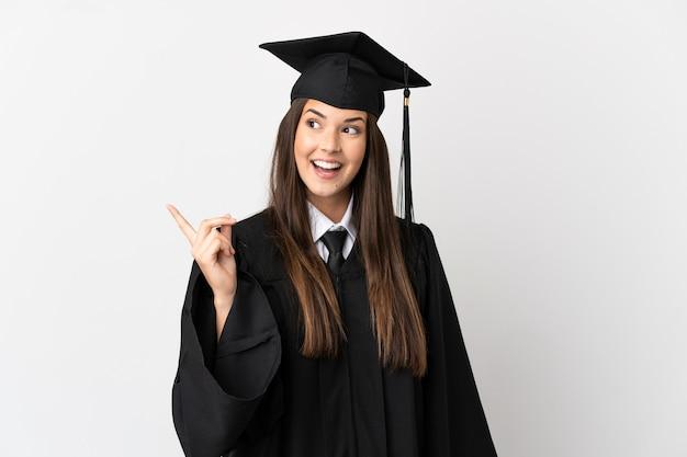 Laureato universitario brasiliano dell'adolescente sopra fondo bianco isolato che intende realizzare la soluzione mentre solleva un dito