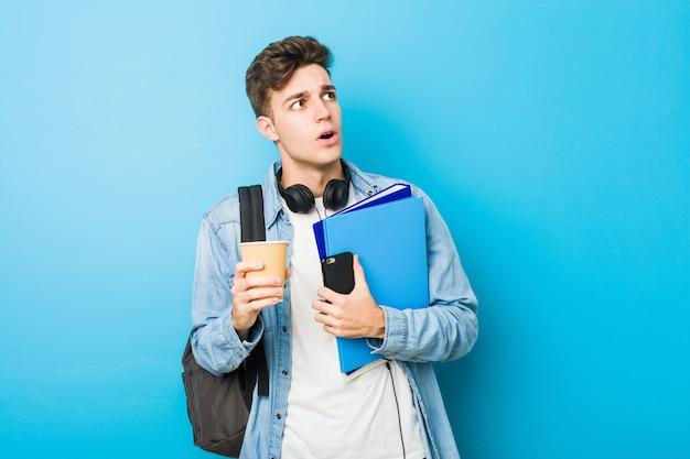 Uomo caucasico dell'adolescente pronto ad andare a scuola