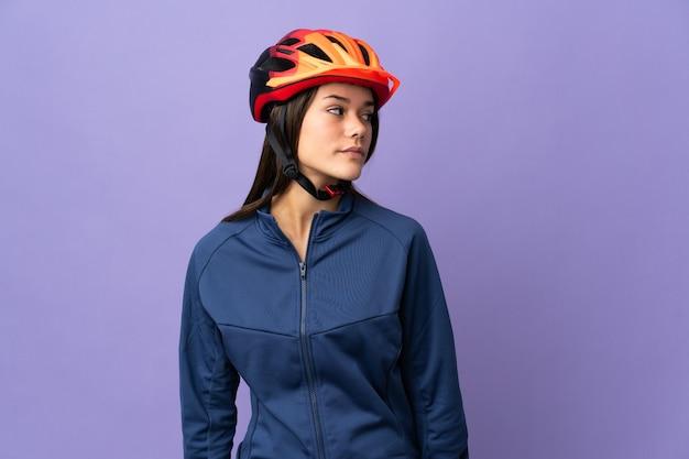 Ragazza del ciclista dell'adolescente che osserva al lato