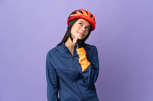 Ragazza del ciclista dell'adolescente e cercare