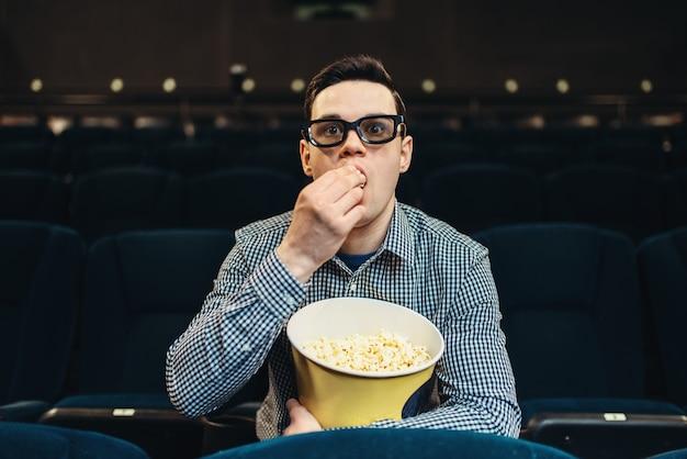 Adolescente affascinato guardando il film al cinema