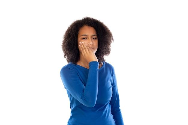 Ragazza dell'adolescente che porta maglione blu isolato
