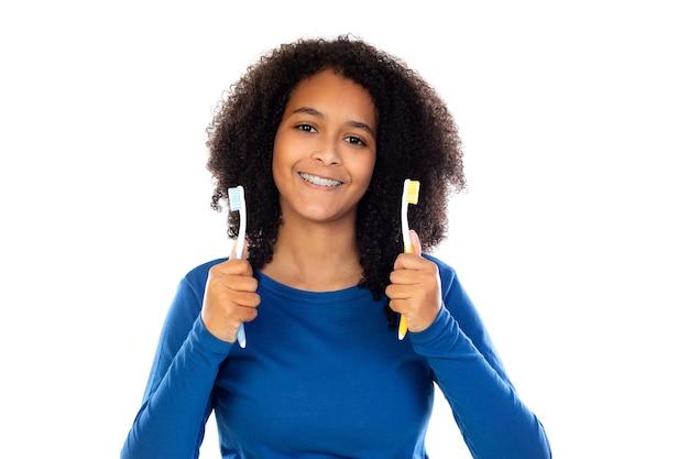 Ragazza dell'adolescente con capelli afro che indossa un maglione blu isolato