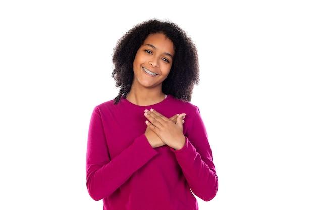 Ragazza dell'adolescente con capelli afro che indossa un maglione rosa isolato