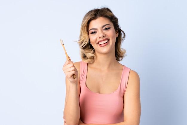 Ragazza dell'adolescente con uno spazzolino da denti