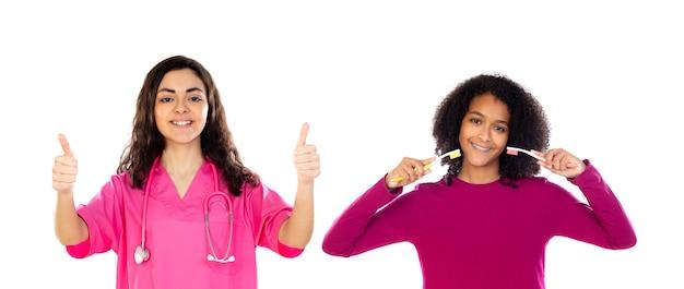 Ragazze dell'adolescente con spazzolini da denti isolati su un bianco