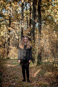 Adolescente in costumi di halloween nel bosco.