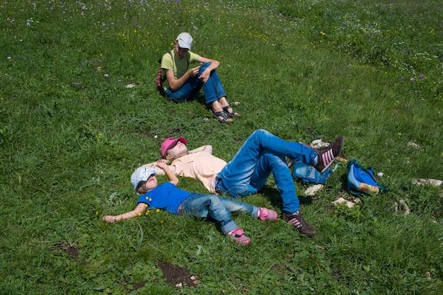 L'adolescente si trova sull'erba verde