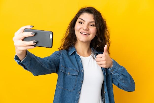 Ragazza russa dell'adolescente isolata facendo un selfie con il telefono cellulare