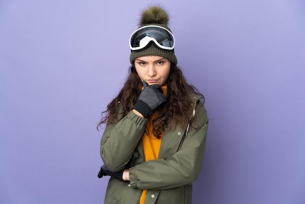 Ragazza russa dell'adolescente con gli occhiali di snowboard isolati