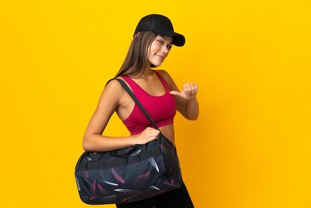 Ragazza sportiva adolescente con borsa sportiva orgogliosa e soddisfatta