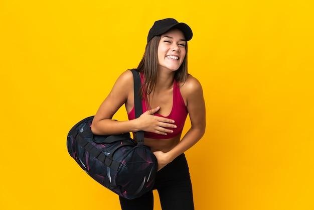 Ragazza di sport dell'adolescente con la borsa di sport che sorride molto