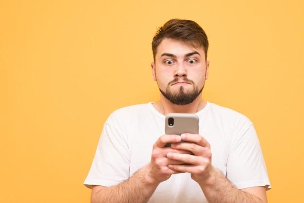 Adolescente con la barba concentrato sul guardare lo schermo e provare emozioni