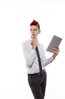 Adolescente con computer tablet