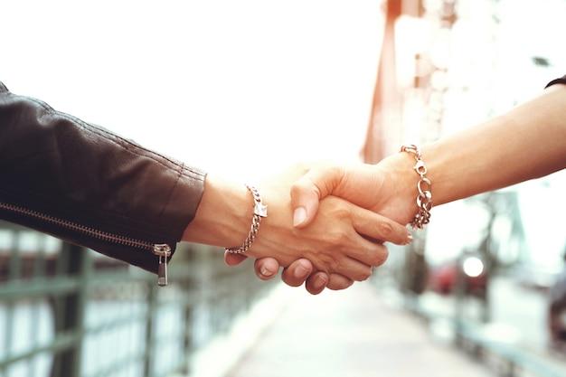 Gli adolescenti si stringono la mano
