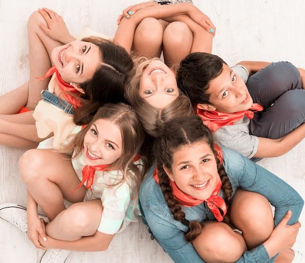 Adolescenti seduti sul pavimento
