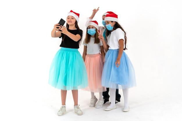 Adolescenti che prendono selfie maschera arguzia