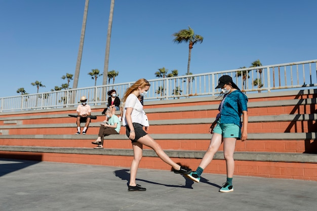 Saluto del piede degli adolescenti nella nuova normalità