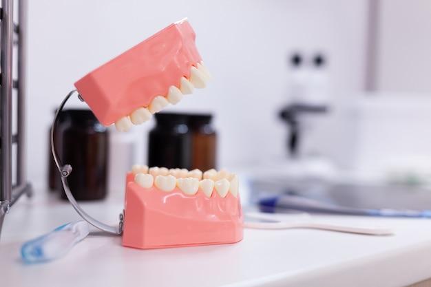 Mascella dei denti in piedi sul tavolo nella stanza di ospedale di odontoiatria ortodontica