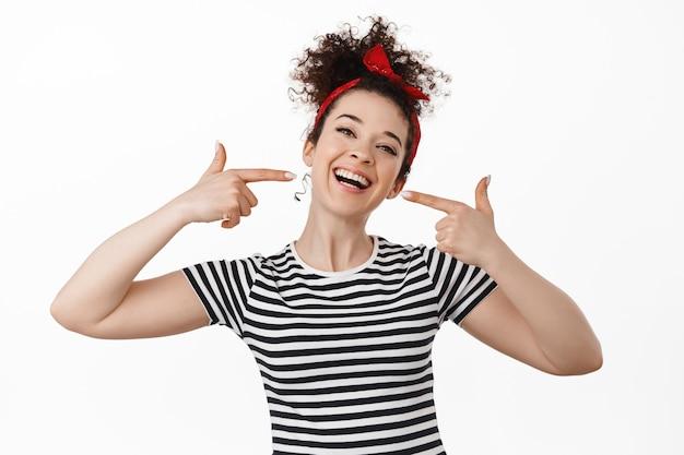 Sbiancamento dei denti e concetto di stomatologia. bruna sorridente felice