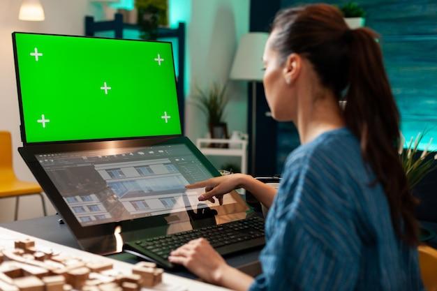 Tehnician donna che lavora sul monitor touchpad per il design