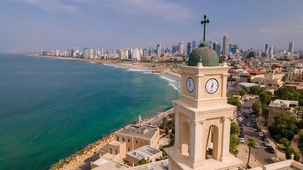 Tel aviv - jaffa, vista dall'alto. città moderna con grattacieli e la città vecchia.