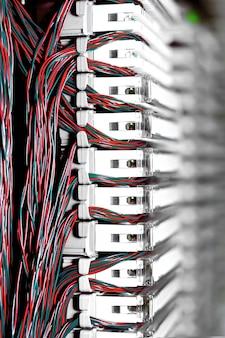 Apparecchiature di telecomunicazione, e1 incrociate in un datacenter dell'operatore di telefonia mobile.