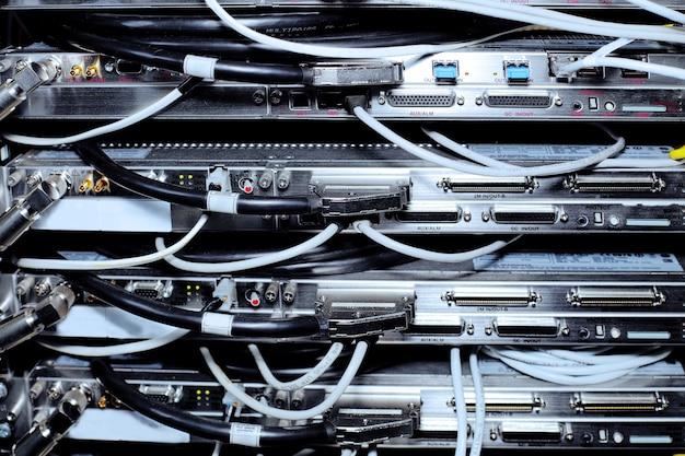 Apparecchiature di telecomunicazione di cavi di rete in un datacenter dell'operatore di telefonia mobile.