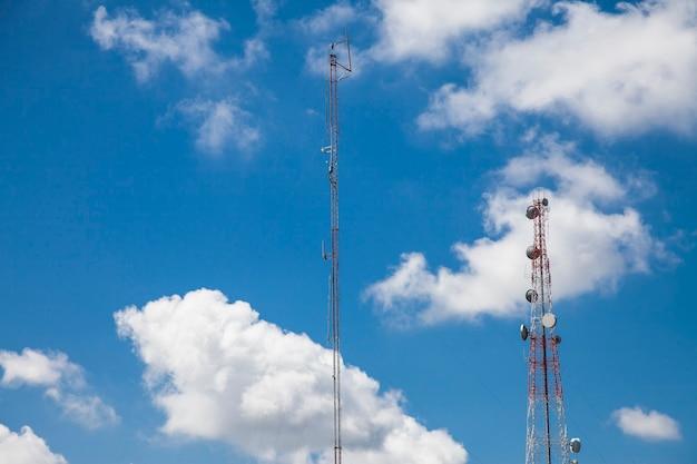 Antenna radio di telecomunicazione e cielo blu della torre satellitare.
