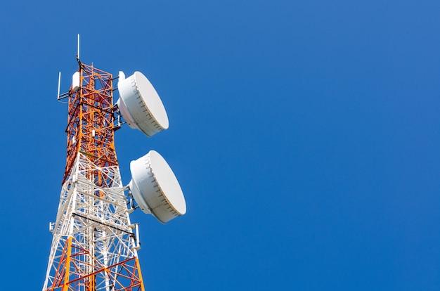 Tecnologia di telecomunicazione, torretta per telecomunicazioni o antenna per telefonia mobile cellulare gsm rete internet wifi utilizzata per trasmettere segnale digitale radio wireless sullo sfondo dello spazio della copia del cielo blu