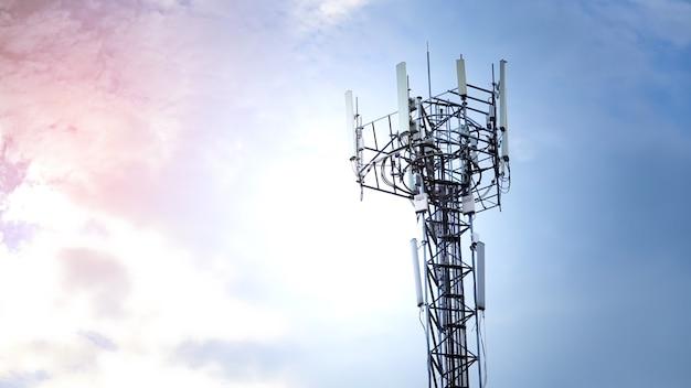 Torre di telecomunicazioni con antenna di rete cellulare 5g contro il cielo