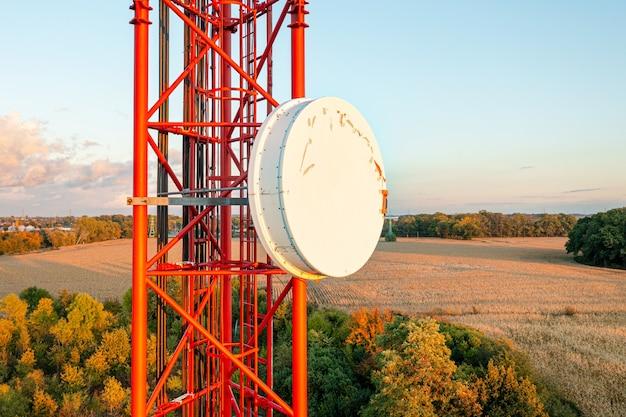 Torretta per telecomunicazioni con antenne, 4g, 5g. cellulare. sullo sfondo del cielo azzurro.