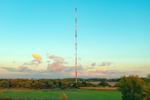 Torre delle telecomunicazioni con antenne sullo sfondo del cielo blu