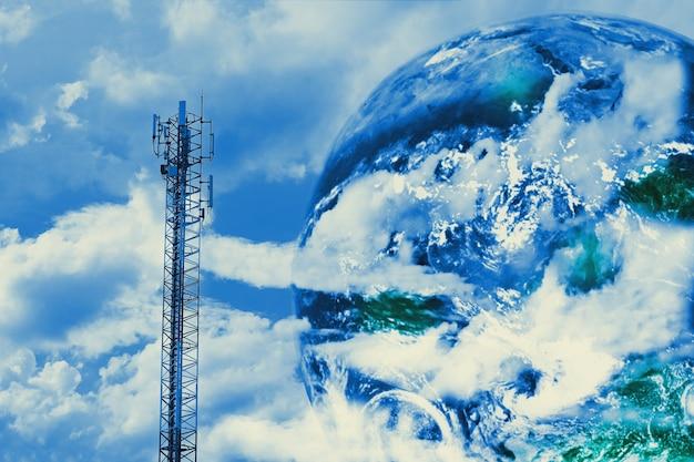 Torre delle telecomunicazioni con antenne con cielo azzurro e nuvoloso.