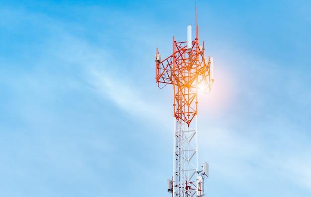 Torre delle telecomunicazioni con cielo azzurro e nuvole bianche sullo sfondo. antenna sul cielo blu. palo radio e satellitare. tecnologia della comunicazione. industria delle telecomunicazioni. rete mobile o di telecomunicazioni 4g.