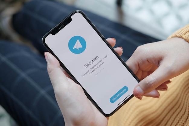 Applicazione di telegram sul primo piano dello schermo dello smartphone. icona dell'app telegram. telegram è una rete di social media online. app per social media