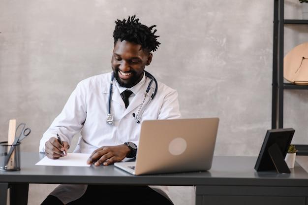 Telesalute con appuntamento medico virtuale e sessione di terapia online. conferenza online del dottore nero