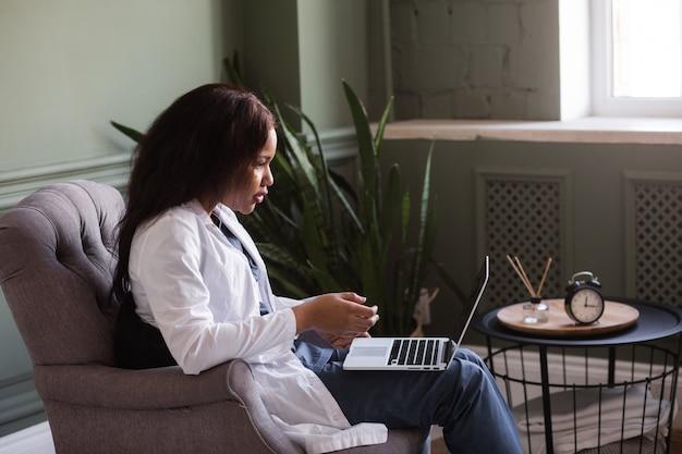 Telehealth con appuntamento medico femminile virtuale e sessione di terapia online conferenza online medico femminile nero