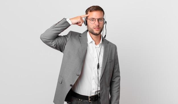L'uomo d'affari del telemarketing si sente confuso e perplesso, mostrando che sei pazzo