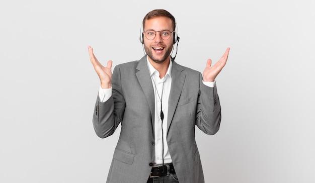 L'uomo d'affari del telemarketing si sente felice e stupito per qualcosa di incredibile