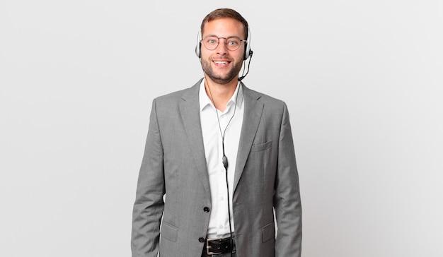L'uomo d'affari del telemarketing sembra felice e piacevolmente sorpreso