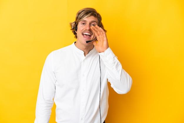 Uomo di telemarketer che lavora con una cuffia avricolare isolata