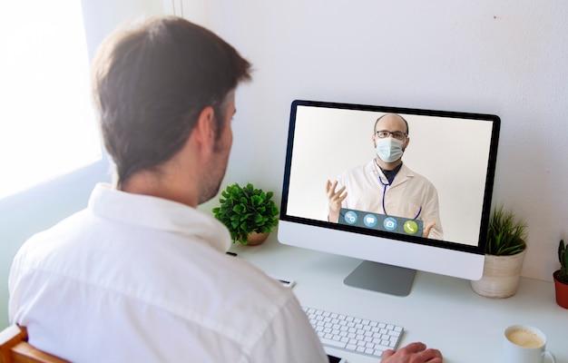 Concetto di telemedicina o telemedicina, consulenza del paziente tramite videoconferenza