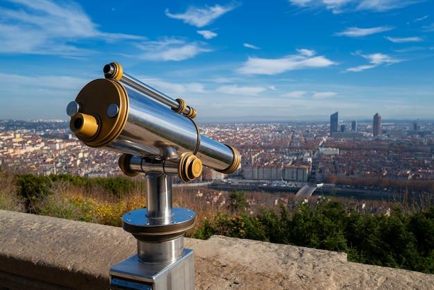 Telescopio e vista panoramica sulla città di lione dal punto di vista della collina di fourviere. francia.