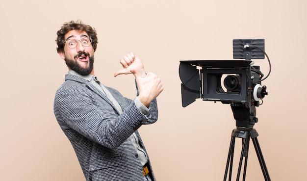 Presentatore televisivo orgoglioso, spensierato, fiducioso e felice, sorridendo positivamente con il pollice in alto